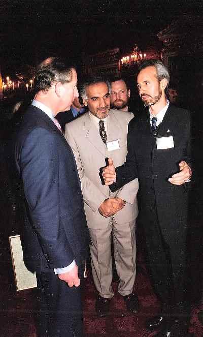 رضوان صادق زاده (سمت راست تصویر)