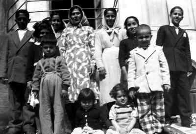 صادق تبریزی به همراه خانواده (کودک سمت راست)