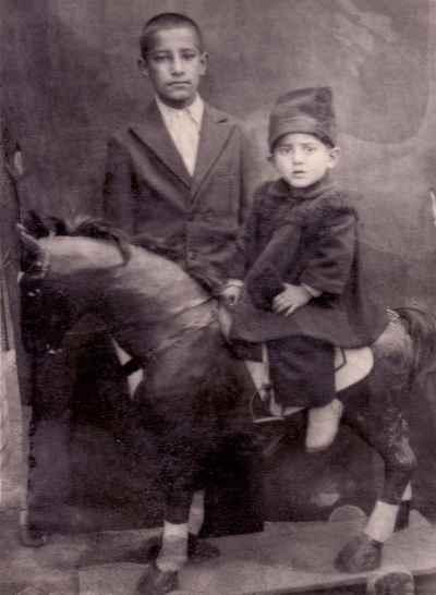 محمد سریر در دوران کودکی (کودک سمت راست)