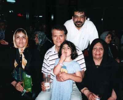 از بالا راست: محمدرضا علیقلی، مادربزرگ، سیما پژمان، احمد پژمان، منیژه تهرانی