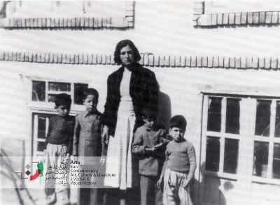 نفر اول سمت راست احمد پوری و مادر ۱۳۳۵