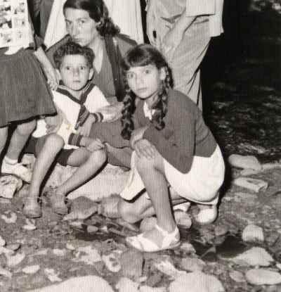 پری یوش گنجی در دوران کودکی (نشسته سمت راست)