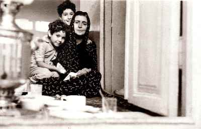 سیمین اکرامی در دوران کودکی(سمت چپ) به همراه مادر بزرگ