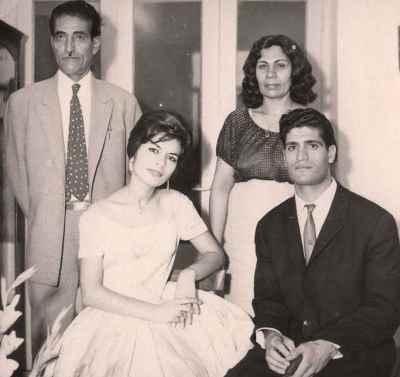 احمد پژمان به همراه پدر، مادر و همسر اول (هما بحرینی)
