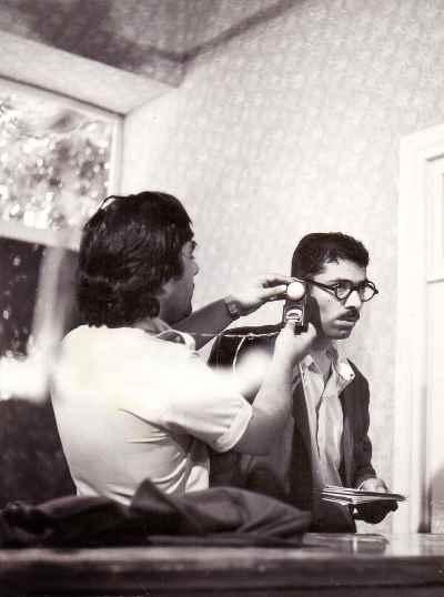از راست: علی نصیریان، عزت الله انتظامی - فیلم پستچی