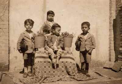 نصرالله کسراییان در دوران کودکی (کودک نشسته دروسط)