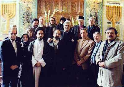 هارون یشایایی (چهارمین نفر از راست) بهمراه حجت الاسلام ابطحی