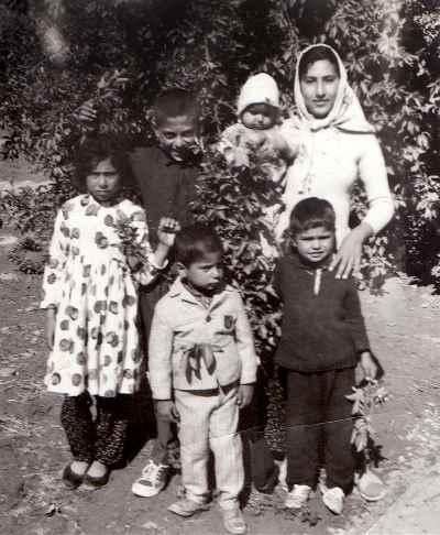 مصطفی دشتی به همراه خانواده (ایستاده ردیف جلو در وسط تصویر)