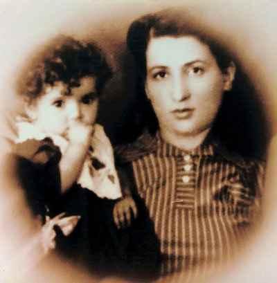 پری یوش گنجی در دوران کودکی با مادر