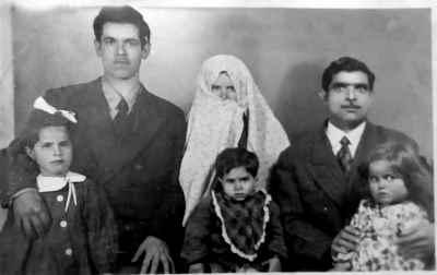 پدر، مادر، یدالله صمدی در دوران کودکی (جلوی مادر)