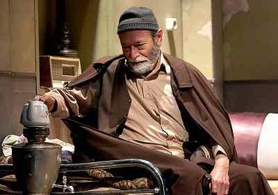 علی نصیریان - نمایش تانگوی تخم مرغ داغ، نویسنده: اکبر رادی، کارگردان: هادی مرزبان
