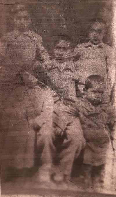 هارون یشایایی به همراه خواهر و برادر ها در دوران کودکی ( کوچکترین بچه سمت راست پایین)
