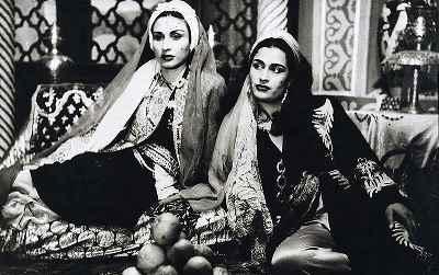 از راست: ژاله علو، منیره تسلیمی- در نمایی از فیلم عروس دجله - سال ۱۳۳۳