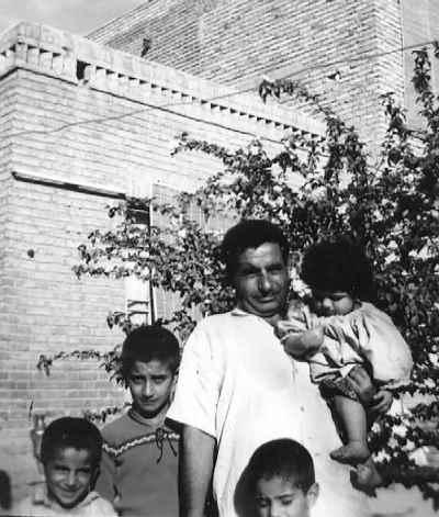 کامبوزیا پرتوی (ایستاده کنار پدر) به همراه پدر و برادران