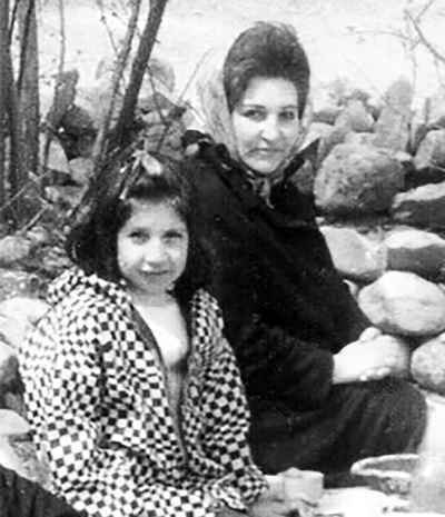 رزیتا شرف جهان به همراه مادر