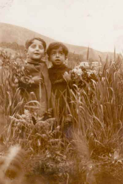 محمد سریر در دوران کودکی (کودک سمت چپ)