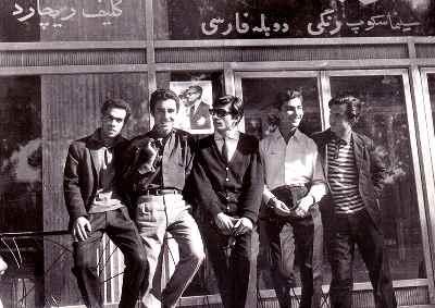 از راست: گارنيك درهاکوپیان، عادلي، رادپور، نادري، رفيقي - تهران مقابل سينما راديو سيتي، سال١٣٤٢-٤٣