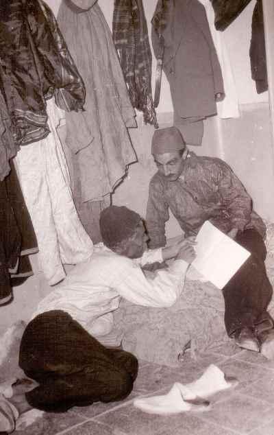از راست: جمشید لایق، علی نصیریان - پشت صحنه نمایش بلبل سرگشته، نویسنده و کارگردان: علی نصیریان
