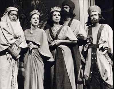 از راست: فیروز بهجت محمدی ، ناشناس ، مهین شهابی، .فزرانه تاییدی، عزت اله انتظامی -تله تیاتر آتشگاه ، کارگردان: علی نصیریان - سال ۱۳۴۱