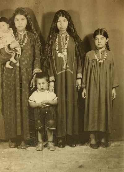 آنه محمد تاتاری در دوران کودکی (کودک ایستاده جلوی تصویر)