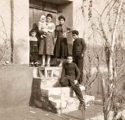 گارنیک هاکوپیان (نشسته روی پله) در دوران کودکی با خانواده