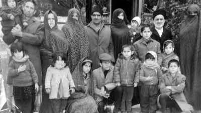 یدالله صمدی در دوران کودکی با خانواده (چهارمین نفر نشسته از راست)
