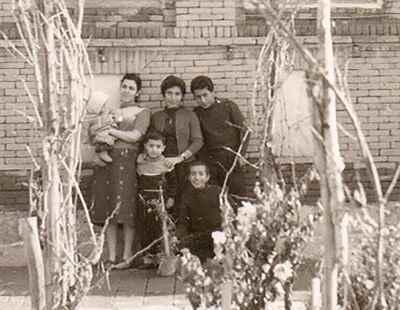 گارنیک هاکوپیان (نشسته) در دوران کودکی با خانواده - سال 1333