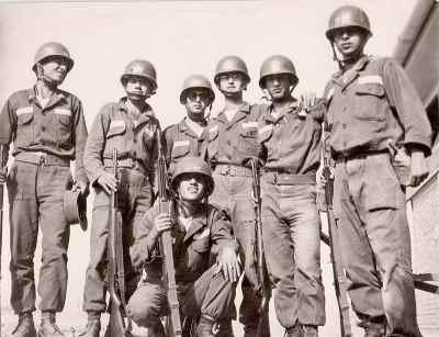 گارنیک درهاکوپیان در دوران سربازی (نشسته)