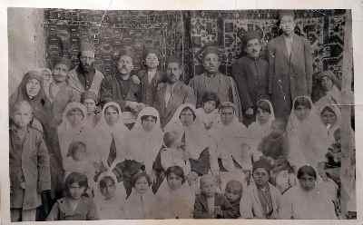 هارون یشایایی (نوزاد در وسط تصویر که برگشته) - عکس خانوادگی  سال ۱۳۱۴