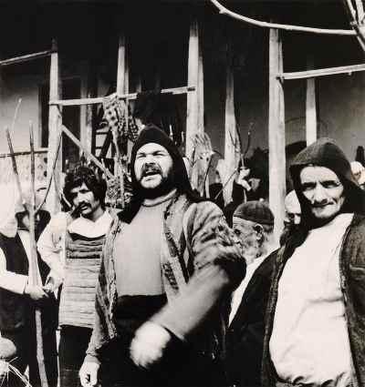 ولی شیراندامی (نفر وسط) - فیلم سینمایی غریبه و مه