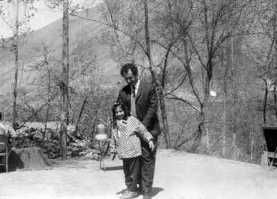 رزیتا شرف جهان در دوران کودکی به همراه پدر