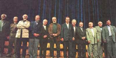 از راست: حسین دهلوی، محمد سریر ، داوود گنجه ای، کامبیز روشن روان، حسن ریاحی، آیدین آغداشلو، علی نصیریان (نهمین نفر)،  محمد علی کشاورز (یازدهمین نفر)