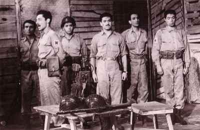 از راست: علی نصیریان، پرویز کاردان، اسماعیل شنگله، ناشناس، جمشید مشایخی - نمایش پایان آهنگ - کارگردان: عباس مغفوریان