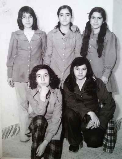فرح سید ابوالقاسم در دوران نوجوانی (ایستاده سمت چپ)