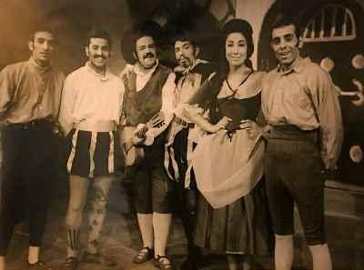 از راست: اسماعیل داورفر، جمیله شیخی، علی نصیریان، محمدعلی کشاورز، اسماعیل شنگله، کاردان- سال ۱۳۳۹، زنده ثابت پاسال