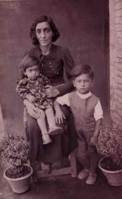 اسماعیل شنگله در ۴ سالگی  به همراه مادر و خواهر
