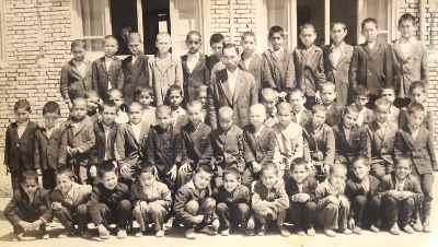 آنه محمد تاتاری در دوران کودکی (شسته از سمت چپ نفر سوم)