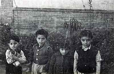 محمد سریر در دوران کودکی (نفر اول از سمت چپ)