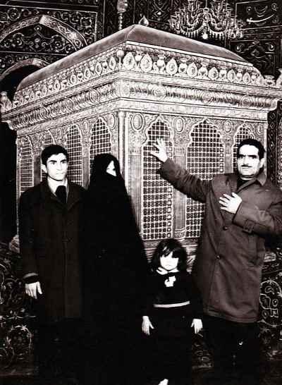 از راست: پدر، مادر ، یدالله صمدی