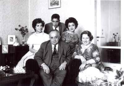 ایران درودی در دوران جوانی  به همراه خانواده (سمت چپ)