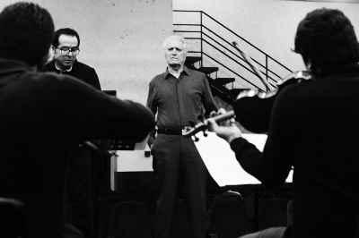 از راست: احمد پژمان، علی رحم جو