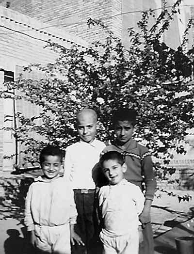کامبوزیا پرتوی در دوران کودکی (سمت راست بالا) به همراه برادران
