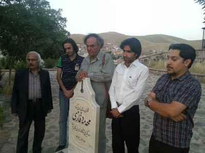 نفر سوم قطبالدین صادقی بر مزار محمد قاضی در مهاباد