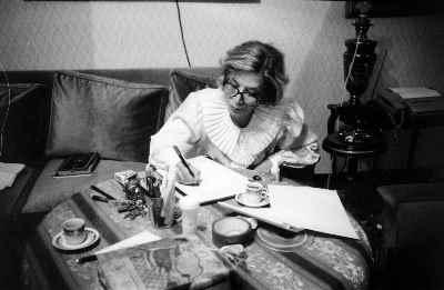 ایران درودی در حال نوشتن کتاب در فاصله دو نقطه