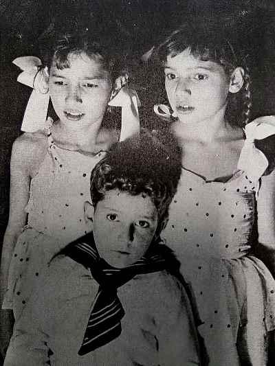 پری یوش گنجی در دوران کودکی، سوم ابتدایی (سمت چپ تصویر)