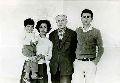 از راست:  فرشید مثقالی ، پدر، مادر و برادر