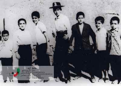 نوجوانی احمد پوری در بین بچه ها (نفر قد بلند وسط)