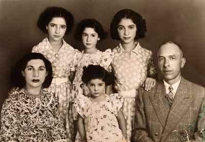 رديف بالا از راست: آذر، نسرين، سوسن (خواهران) رديف پايين از راست: محمد اكرامى (پدر)، سیمین اکرامی و عفت اكرامى (مادر)