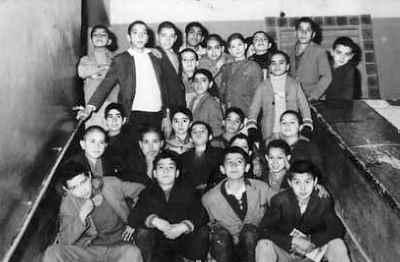 نصرت الله مسلمیان در دوران نوجوانی (بالا دومی از راست)