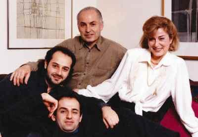 سیراک با همسر و فرزندان، آرمن و آرا